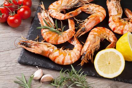 Gegrillte Shrimps auf Steinplatte