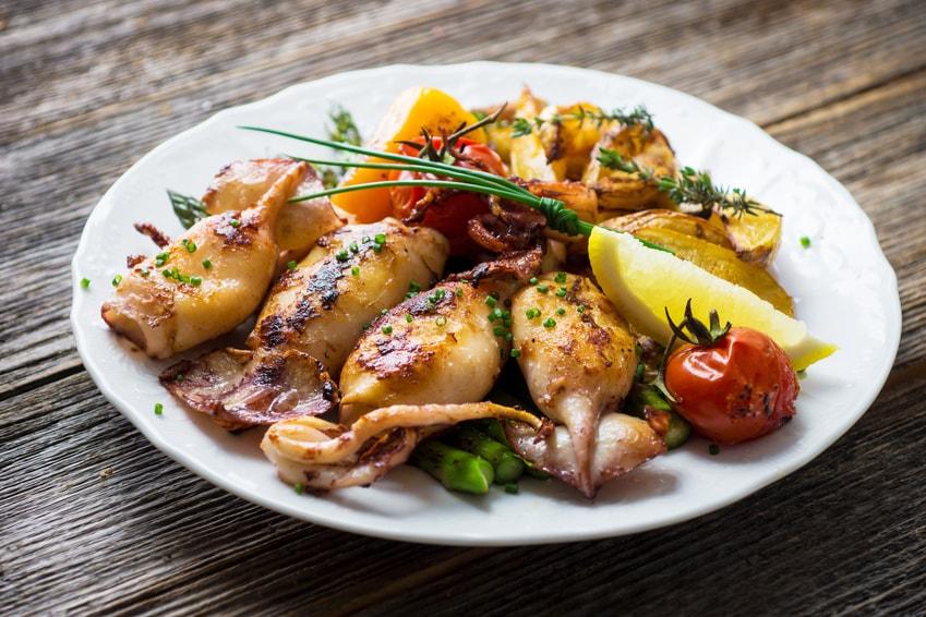 Gegrillter Tintenfisch mit Spargel und Kartoffel