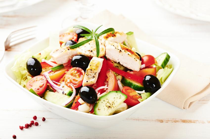 Mediterraner Hähnchensalat mit Oliven