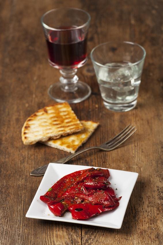 Griechische Paprika mit Wein auf Holz
