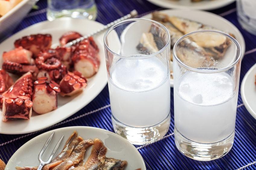 Griechischer Ouzo und Vorspeisen